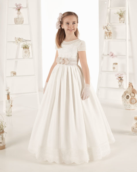 Ballgown-style First Communion dress in striped organza. With empire waist. Available in natural. 2019 AIRE COMUNION Collection.