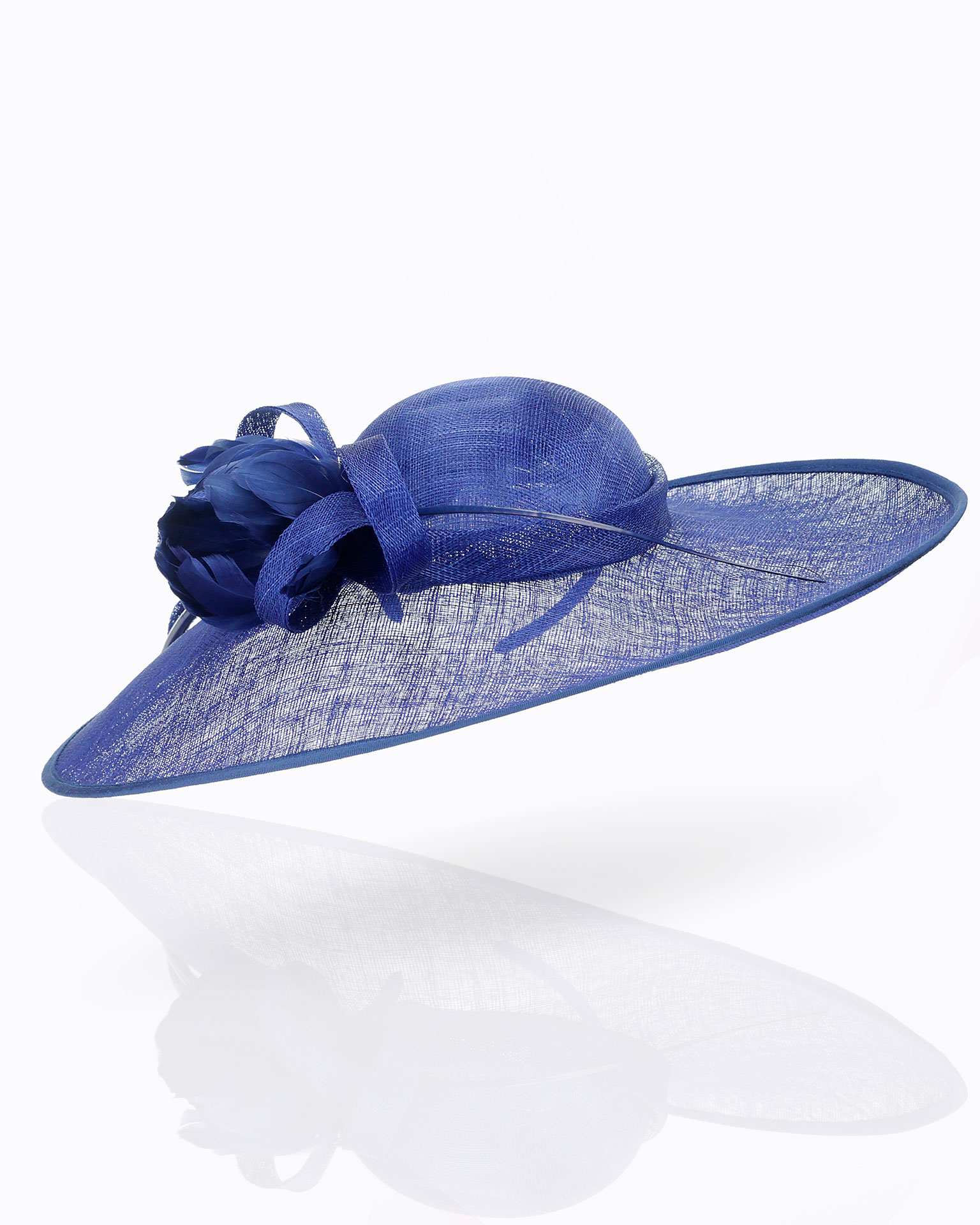 Wide-brimmed sinamay hat with bow. 2019 FIESTA AIRE BARCELONA Collection.