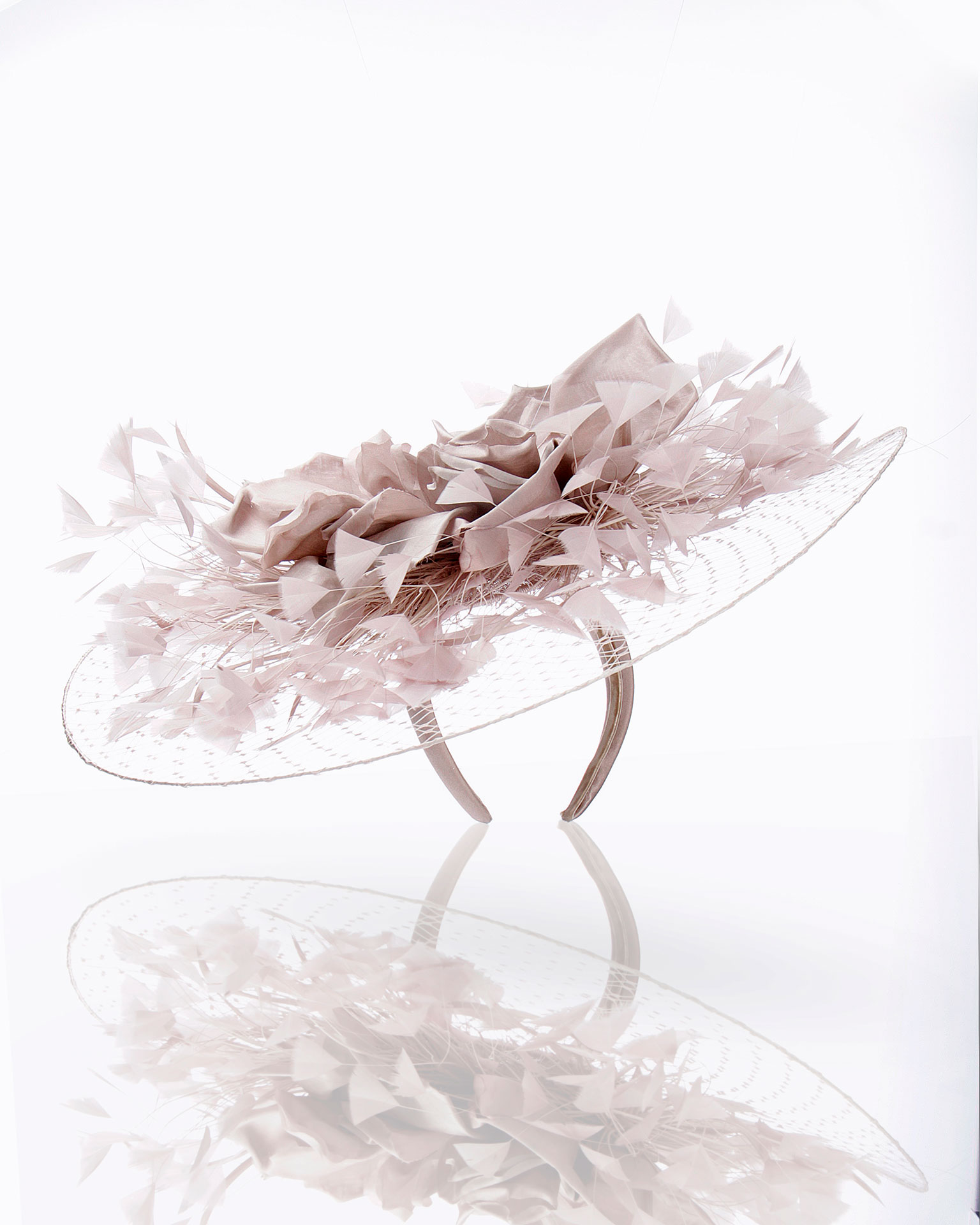 Headpiece in crinoline with feathers. 2019 FIESTA AIRE BARCELONA Collection.