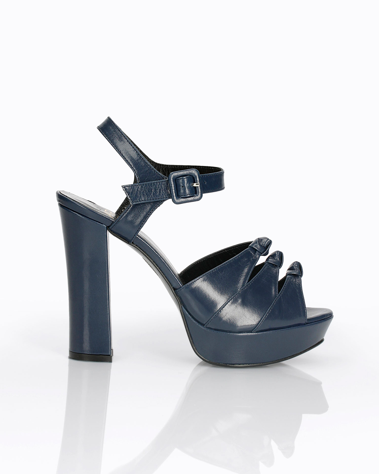 Leather cocktail shoe. With high heel and instep with knot detail. 2019 FIESTA AIRE BARCELONA Collection.