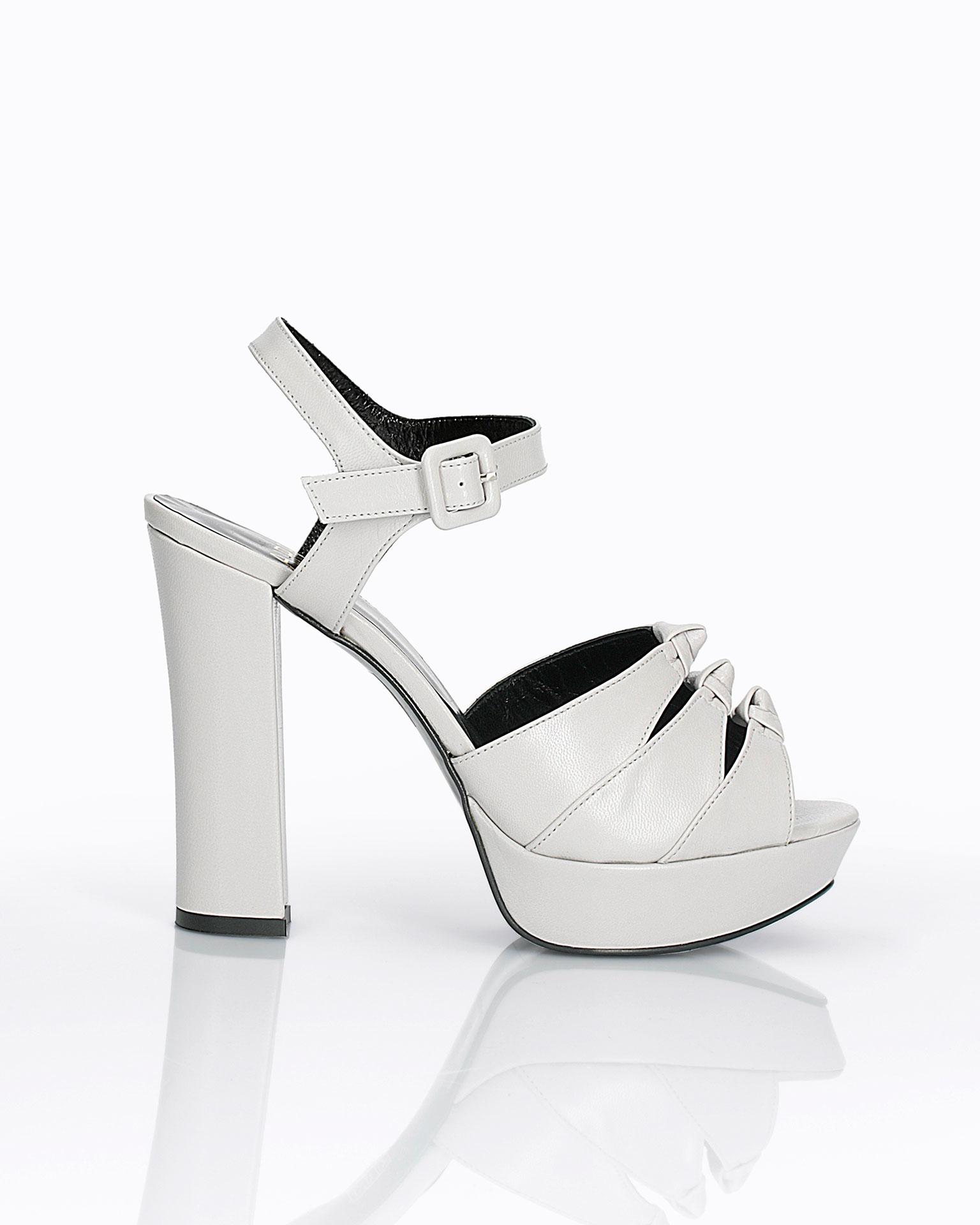 皮质晚礼服鞋。 高跟配脚背蝴蝶结设计。 FIESTA AIRE BARCELONA 新品系列 2019.